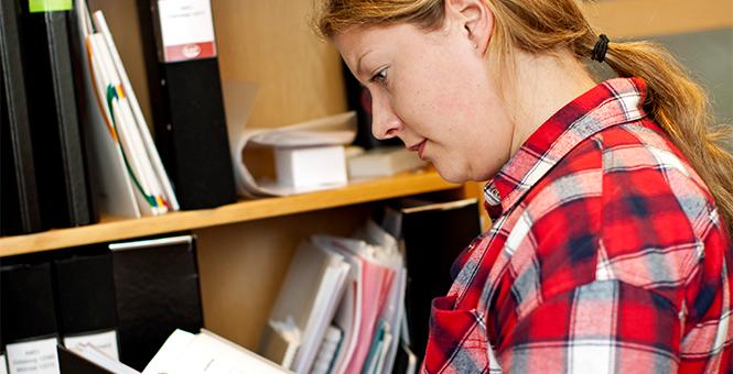 kvinna läser i papper